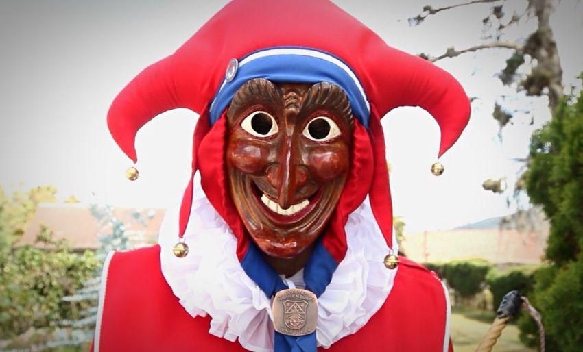 Las máscaras luego pasan a mano de una señora que las pinta, esta máscara que usa Rocky, es la misma que usaba su padre en sus días de Jokili Carnival Venezuela Streetphotography