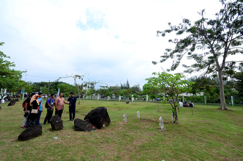 Acehnese people commemorate the 13th tsunami in the ulue lheu mass grave, Aceh, Indonesia, December 26, 2017. Some people come from outside the city of Aceh to remember his brother who died in the 2004 tsunami tragedy. #people #news #aceh #indonesia #anniversary #tsunami #tsunamiaceh #13th #areas #anniversary #commerate #indian