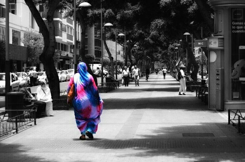 Callejeando Las Palmas De Gran Canaria Street Photography Culturas People Splash_greece Colour Splash Splashcolor Streetphoto_bw Streetphoto_color
