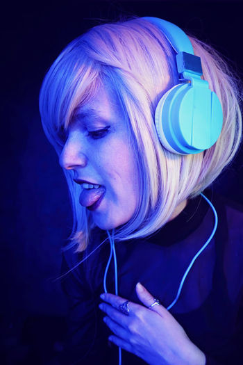 Dj Headphones Music Techno Adult Beautiful Woman Black Background Blond Hair Blue Close-up Dyed Hair Emotion Hair Hairstyle Happiness Headshot Indoors  Long Hair One Person Portrait Smiling Studio Shot Tecnhology Women Young Adult