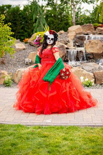 quincenera Quinceñera Day Of The Dead Skull Dia De Los Muertos DIA DE MUERTOS Day Of The Dead Calavera  Sugar Skull Mexico Calaveramexicana Rebozo Red Full Length Headwear Evening Gown Witch Tree Tradition Women Young Women Portrait Wearing Flowers