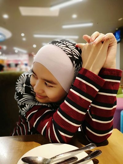 chak! Dinner Dining Out Parenthood My Love Daughterdadmoment Hijabstyle  Girl Smiling Daughter Love Smiling Face Warm Clothing Domestic Life Young Women Close-up Headscarf Hijab Religious Dress Womenswear Middle Eastern Culture Islam Sweatshirt Knit Hat Striped