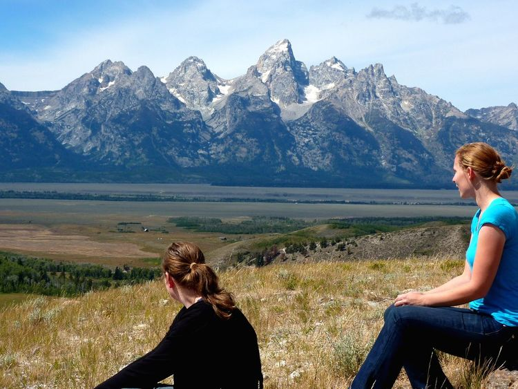 Wanderpause - hiker's Rest Break Zwei Freundinnen Hochgebirge Panoramablick Scenic View Wanderung Pause Rest Break Backcountry Hiking Jackson Hole Wyoming Grand Teton National Park  Mountain Two People Adult Nature Togetherness Landscape Only Women Beauty In Nature Scenics Vacations Sitting Outdoors Sky Mountain Range Summer Exploratorium
