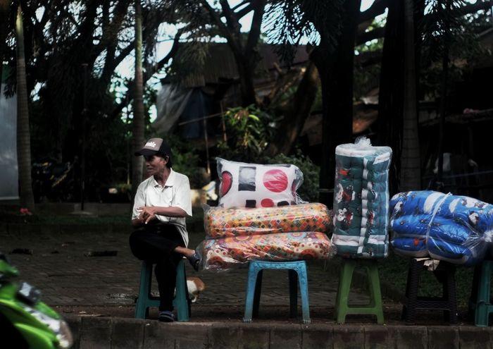 waiting to go home Humaninterest Humaninterestphotography Humaninterestindonesia #market #streetphotography #street #streetphotography #streetphoto_bw #blackandwhite #hipstamatic Tree Sitting Full Length