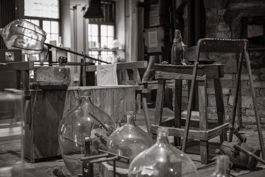 in der Glasbläserei Glasbläserei Black And White Glass Handwerk Historisch Indoors  Nobody Werkzeug