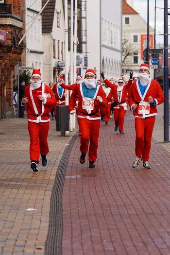 Santas Fun Run Charity Event Celebration Event Flensburg Für Den Guten Zweck Santas Run Weihnachten 2016 Christmas Santa Claus Germany Flensburger Hafen Running