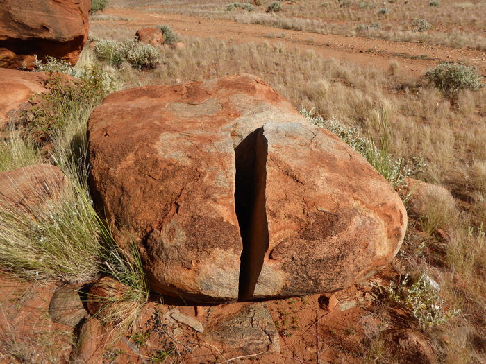 Australian Outback Clean Crack! Cracked Boulder Desert Frost Frost Cracked Rocks Geology Large Red Coloured Rocks Nature Rock - Object