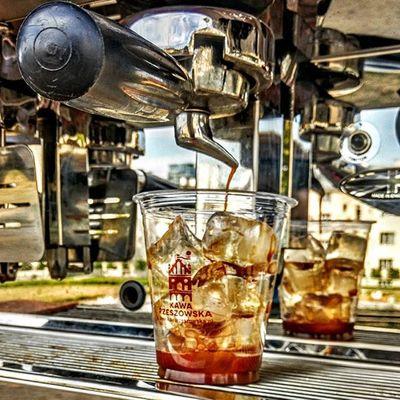 Zapowiada się nam dziś upalny dzień, a prawdziwe orzeźwienie czeka na Was w Kawie Rzeszowskiej! Przyjdźcie po łyk chłodu w podwórze Kawy Rzeszowskiej ul. Kościuszki 3 lub od.godziny 11 będziemy pod fontanną multimedialną z naszą mobilną kawiarnią. Nazimno Icecoffee Frappe Rzeszów Rzeszów Coffee Coffeetime Barista Aeropress Mobilnakawiarnia Kawa Instamood Instagood Instalove Instacoffee Igersrzeszow Kawarzeszowska Coffebreak Coffeetogo Coffeelove Love Photooftheday Happy Bestoftheday Instamood herbata kawasamasieniezrobi kawarzeszowska kawiarnia