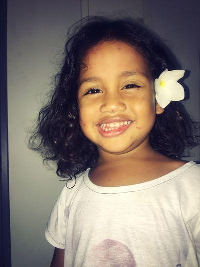 Flora et la varicelle 😂😂😂 Elle s'en fiche, elle préfère sourire avec sa fleur à l'oreille ❤️ Lovely Girl Varicelle Looking At Camera Portrait Smiling One Person Black Hair Happiness Curly Hair