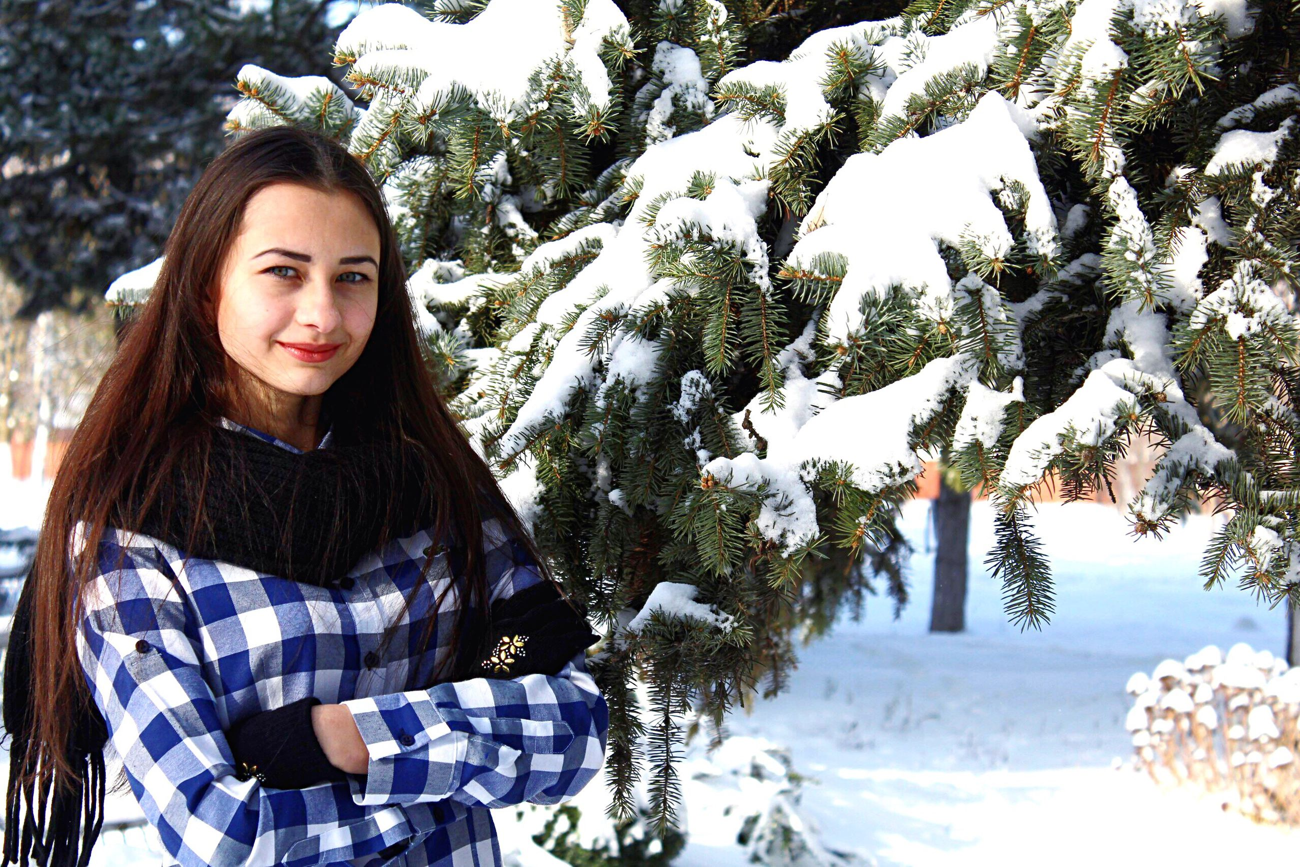 lifestyles, portrait, looking at camera, leisure activity, young adult, person, smiling, young women, winter, snow, cold temperature, casual clothing, front view, happiness, toothy smile, warm clothing, season, waist up