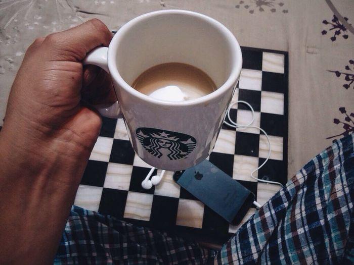 Pues si miles de rutinas empalme fue porque quise, como tomar café, como girar el grinder... Starbucks Beginnersmx IPhoneography Coffee Cráneo Cafe Earpods Music HipHop Mexicanoscreativos