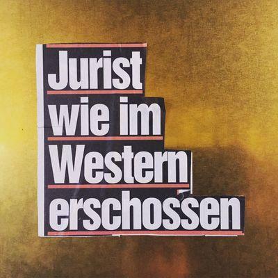 Wie im Western. Kudamm Kanzlei Kanzleischild Bild Schlagzeile Headline Sign Berlin Jurist Anwaltsbüro