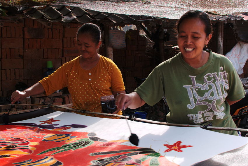 Art And Craft Creativity Traditional Culture Traditional Clothing Adult Adults Only Cheerful Colorful Craft Craftmanship Day Handmade Home Industry Painting Pattern People Real People Smiling Textile Traditional Traditional Clothing Two People ındustry