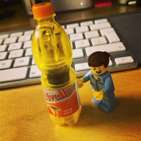 Auch mein #emmet mag #rivellacliq #rivellapfirsich #usbstick #legomovie #vsco #lego #erfrischung #vscocam #vscogood #office Office LEGO Vscocam VSCO Erfrischung Vscogood Emmet Legomovie Rivellacliq Rivellapfirsich Usbstick
