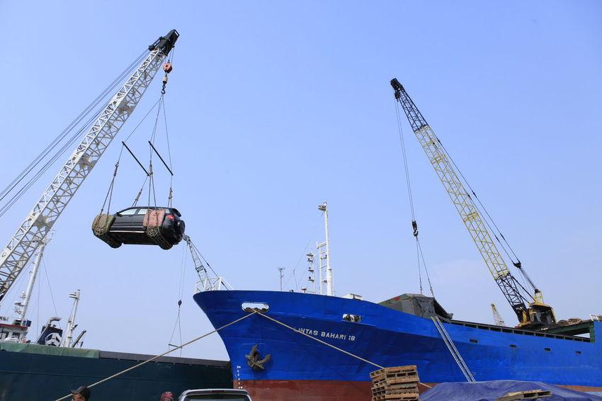 Bongkar muat kendaraan dipelabuhan sunda kelapa jakarta indonesia
