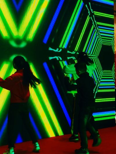 魅舞 EyeEmNewHere Multi Colored Green Color Nightclub Indoors  Nightlife People Two People