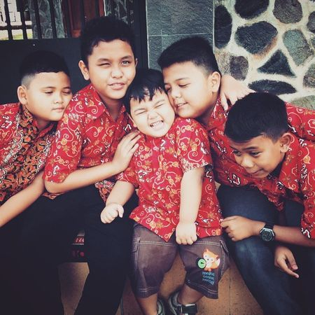 My Cousin wears the same Batik at The Wedding Party . Their Face are so Funny 😄
