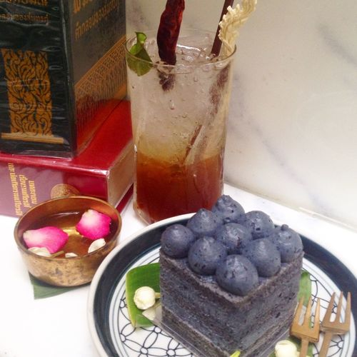 Thai herbal drink with rice-berry coconut cake #delicious #thaicaferecipe #thaicafe #bangkok #thailand.