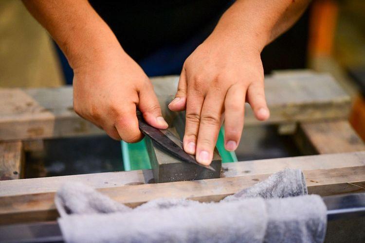 マイ出刃庖丁を研ぐ。Sharpen with a hone. Sharpener Hone Human Hand Hand One Person Human Body Part Holding Occupation Indoors  Close-up Making