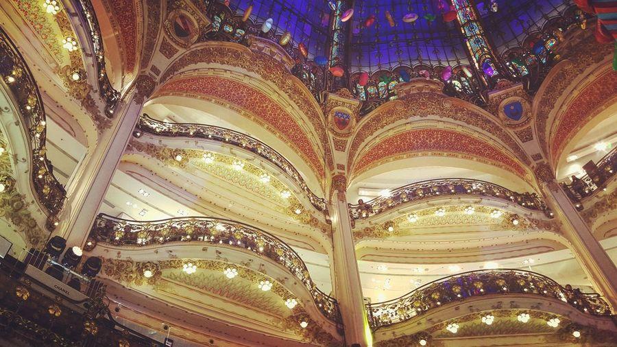 #galerieslafayette #balcons #joyeuxnoel #merrychristmas #paris #automne #novembre #parismaville #parismonamour #parisienne Galerieslafayette Balcons Joyeuxnoel MerryChristmas Paris Automne Novembre Parismaville Parismonamour Parisienne Full Frame Pattern Backgrounds Ornate Design Close-up