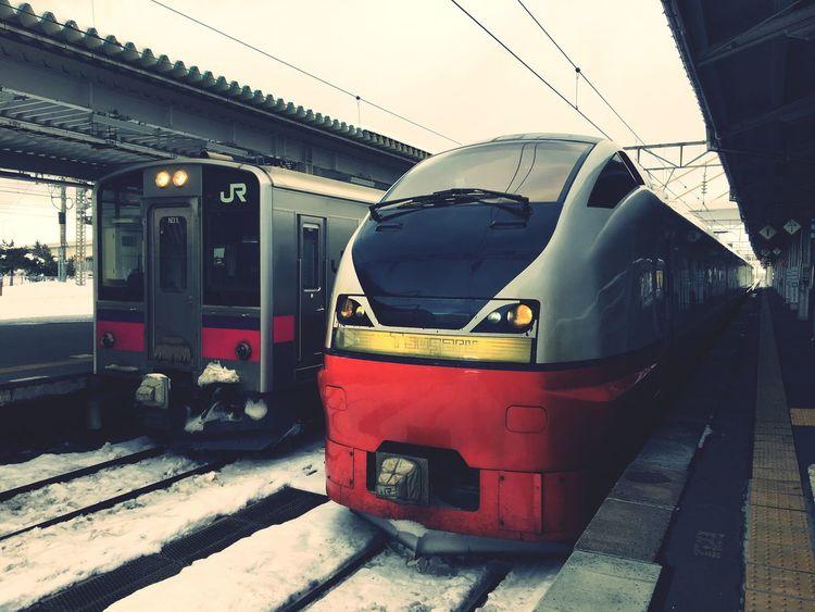 奥羽本線と特急つがる。青森はまだまだ冬真っ只中。 Transportation Public Transportation Train - Vehicle Rail Transportation Railroad Station Railroad Station Platform Train Train Station Limited Express