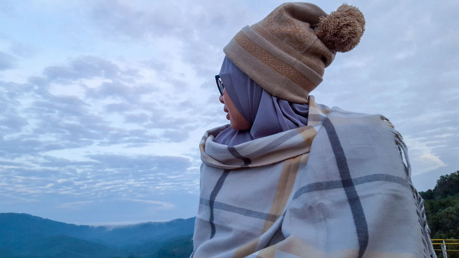 Single Woman Hijabsyari Hijab Stroll Strolling Stroll Through Nature Sky And Clouds Skyline Morning Sky Morning View Morning Time Human Hand Happiness Women Beauty Mountain Sky Cloud - Sky Farmland Scarf Warm Clothing Knit Hat Fur Hat Cultivated Land
