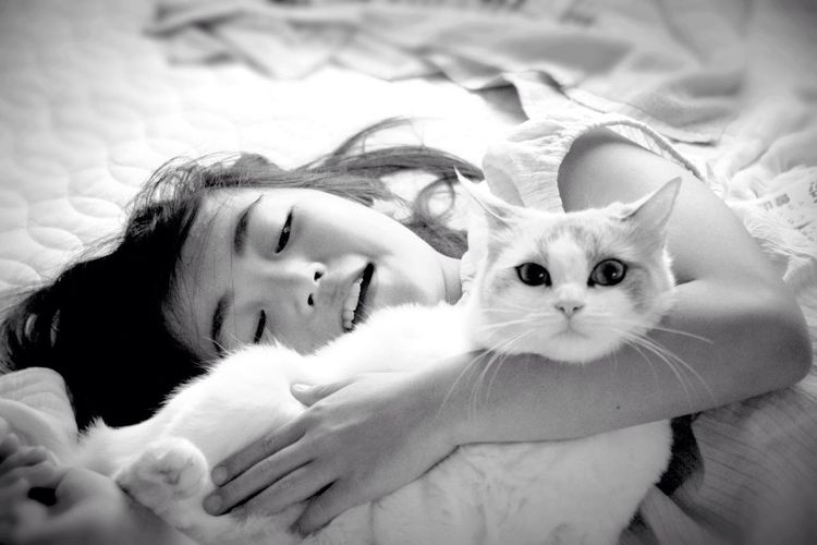 Pets Domestic Animals Animal Themes Lying Down Childhood Memories A Girl And Her Cat Little Girl Bnw Monochrome Ragdoll Looking At Camera Portrait One Animal Mammal Relaxation Indoors  Bed Feline Home Interior Close-up Real People One Person Day