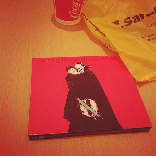 Finalmente, eu encontrei! Finalmente, esse CD é meu! Queensofstoneage Qosa Likeclockwork Matador rock