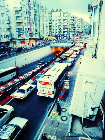 Gulluk Ambulans Rezillik Kavsak Antalyanın rezilliği 60 tane araba var ambulans hala burdan gidicem diye uğrasıyor arkadaki yol bomboş olduğu halde