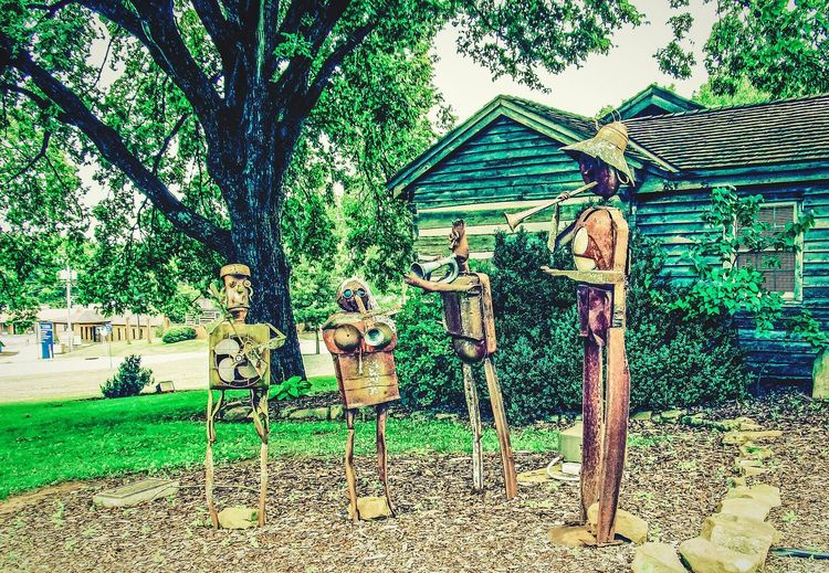 Metal sculptures of a jazz band in Gatlinburg, Tennessee Tree Outdoors Nature Urbanexploration Urban Exploration Historic Historic Building Metalartwork Amazing Beautiful Amazing_captures Beautifuldestinations Amazing View Landscape_Collection Metal Explore Nature_collection Travelphotography Beauty In Nature ArtWork Sculpture Garden Sculptures Artphotography Street Photography Urbanphotography