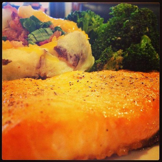 Grilledsalmon Salmon Fish Food foodporn herbs lightchoice broccoli loadedmashedpotatoes bacon cheese chives
