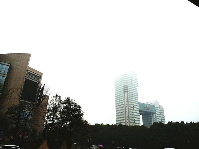 湖南广电 春雨不断,云雾笼罩的主楼。以及未出镜的我(>﹏<)