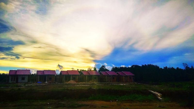 Seeing the sun set in a Klalin Estate EyeEmNewHere The Architect - 2018 EyeEm Awards The Street Photographer - 2018 EyeEm Awards EyeEm Nature Lover Tree Multi Colored Dramatic Sky Sky Grass Cloud - Sky Landscape