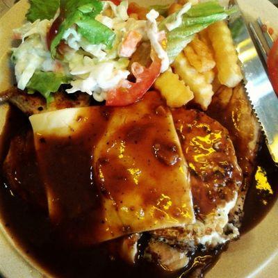 =_______= This is not Chicken Cordon Bleu !!!!! Warghhhhh T_T coz Im starving for Chicken Cordon Bleu and oder this but tak de langsung rupa cordon bleu T_T please nak balik rumah.... I miss homemade food Chickencordonbleuyangpirate Amanjayacafe UitmPerak Homemade stravation food