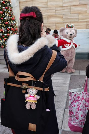 She loves ShellieMay/シェリーメイ大好き Christmas Rear View Warm Clothing Christmas Present One Person Gift People Outdoors Real People Only Women Adults Only Day Adult ShellieMay Canon EOS M5
