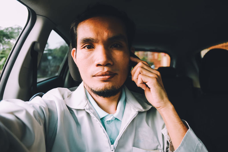 Car Car Interior Casual Clothing Communication Day Headshot Land Vehicle Lifestyles Men Mid Adult Mid Adult Men Mobile Phone Mode Of Transport One Person Portable Information Device Portrait Real People Selfie Smart Phone Technology Transportation Using Phone Wireless Technology Young Adult Young Men