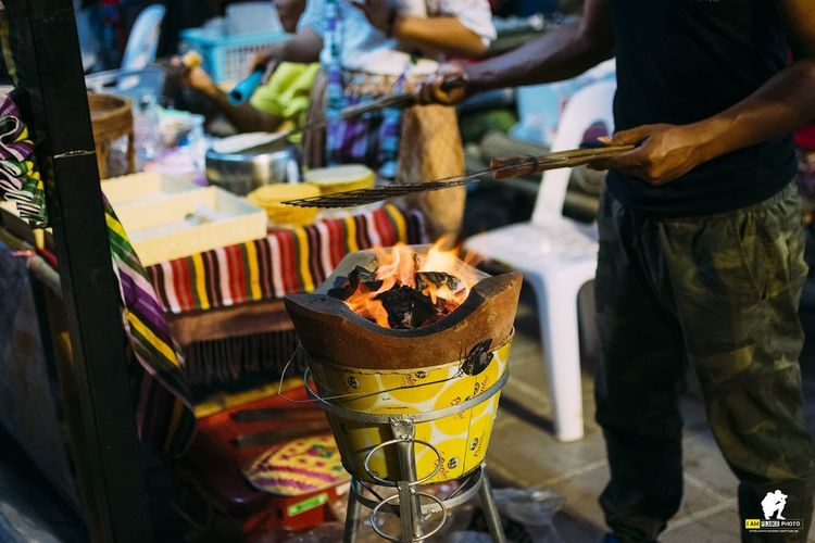 Food Container Food And Drink Incidental People Market Men Freshness Standing Midsection Market Stall Focus On Foreground Retail  Business Day For Sale Outdoors Street Two People Hand