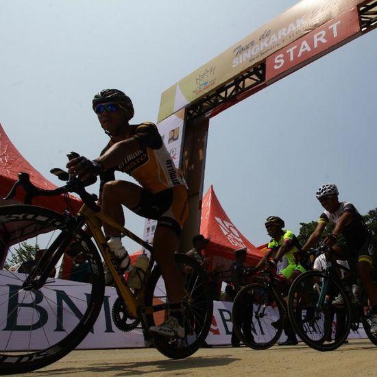 Peserta tour de singkarak saat melintas di garis start pantai carocok @bni46 Bnitourdesingkarak INDONESIA @yorrifarli @bakkarhabsyi TourDeSingkarak Tourdesingkarak2015 Sumbar_rancak Gowes Cyclingteam