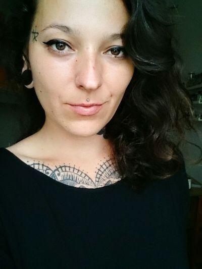 👯 Hi Portrait Girl Inked Brown Eyes Curly Hair Brown Hair Cat Eyes
