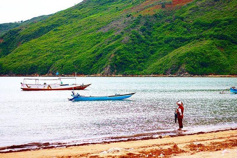 Beach fishing Agushariantophotography Lombokisland Kutabeachlombok Fishing Whitesandybeach Ocean