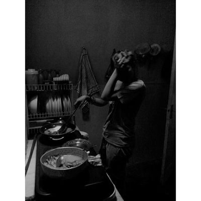 """ Rasa itu Bumbu "" Wanita WanitaIndonesia Diantara Dapur dan Ceritapagi Hitamputih Bayang Bahagia Bahagiaitusederhana Masak Titik_tiga Blackandwhite Silhouette Shadows Woman Cooking Kitchenstories Morningstory Lenovotography Photooftheday Photophone  Lzybstrd Photo pocketphotography"
