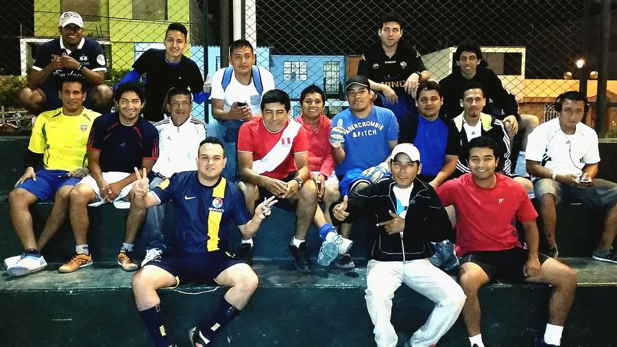 La respectiva pichanga con los muchachos del barrio. Futbol Amigos Barrio Callao