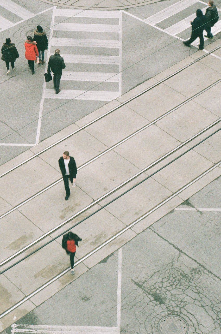 high angle view, real people, men, walking, two people, full length, lifestyles, women, day, architecture, outdoors, togetherness, city, adult, people, adults only