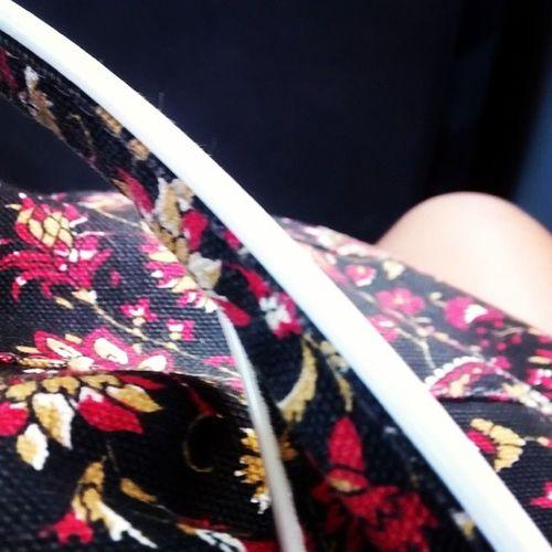 """Um """"bom dia"""" da minha bolsa e do meu joelho pra vocês. ✌ ✌ Retardo  Oppa"""