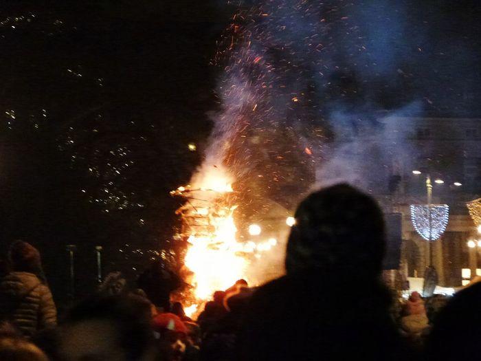 """06 gennaio : si festeggia la """"Befana"""" . In piazza si svolge l'antico rito del falo' augurante! Befana, Brusa La Vecia, Falo',festa, Citta', Auspici Per Il Nuovo Anno."""