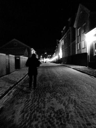 en ensam ( och kanske frusen man) vandrar på Västerviks vackra, men även farliga, gator Tycktebildenblevfinochcool Varse