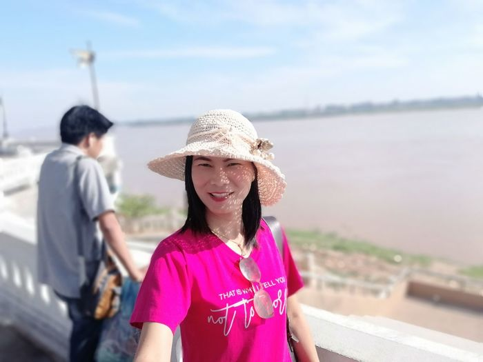 JiraOn🌏 Mekong River Water City Togetherness Smiling Girls Childhood Happiness Beach Sand Dune Reunion - Social Gathering Single Parent Family Reunion Young Family Sun Hat Straw Hat Single Father