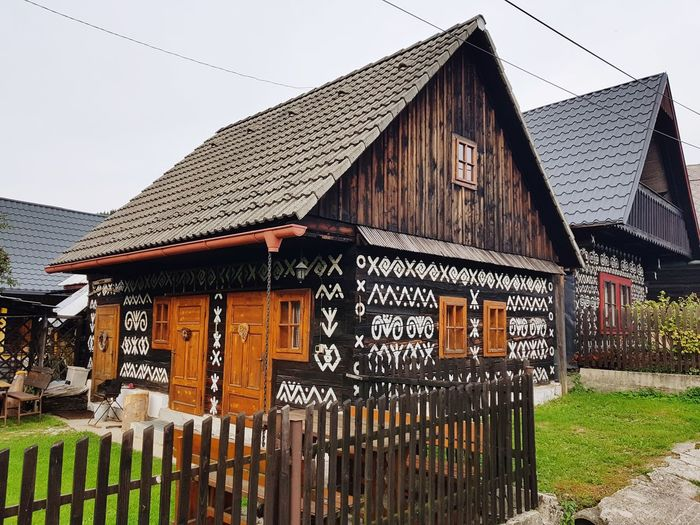 čičmany Slovakia Woodhouse Woodhouse Design Woodhouse Veranda Sky Architecture Building Exterior Built Structure Grass Historic Stilt House Barbed Wire Hut Non-western Script