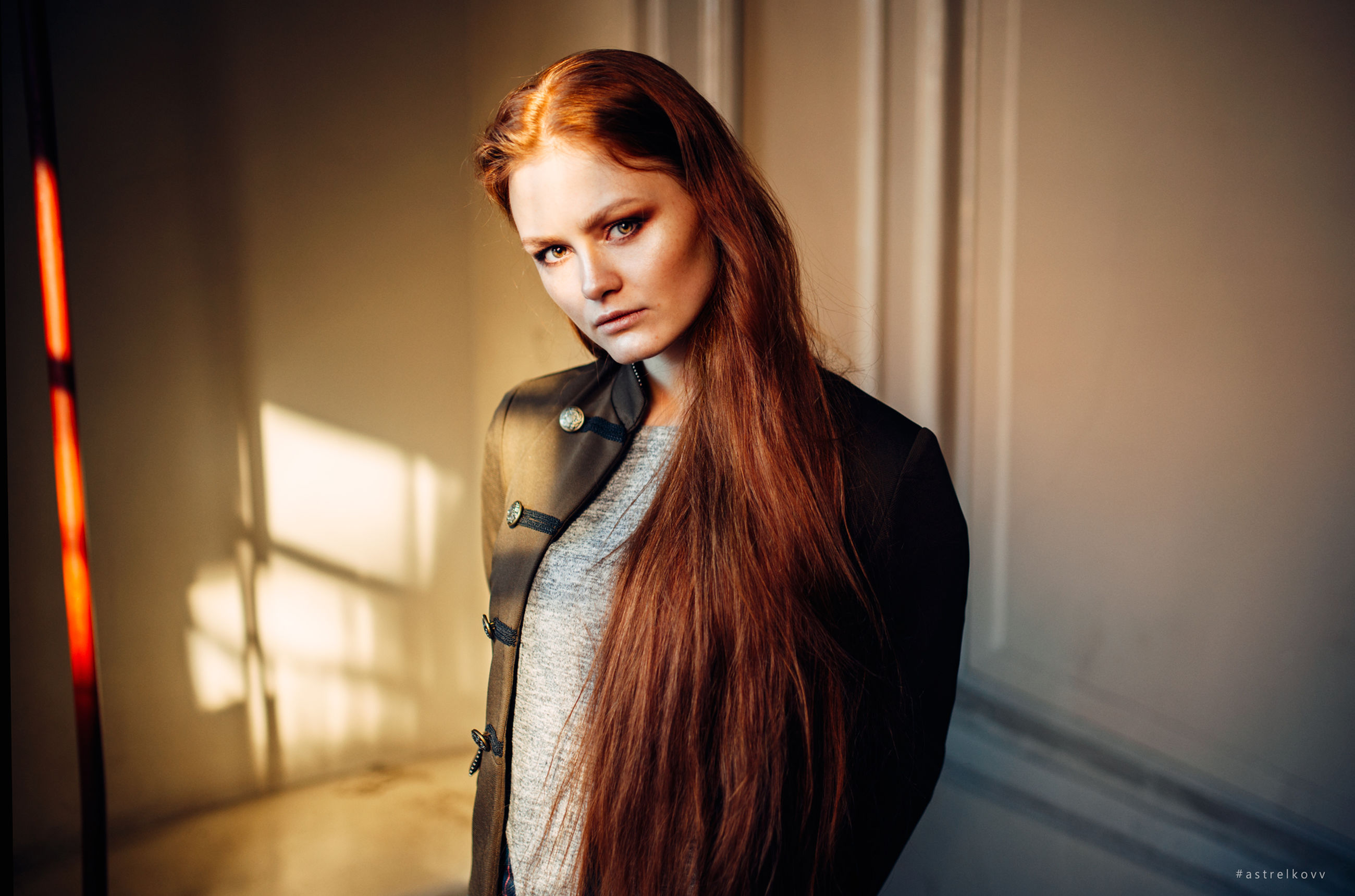 young adult, young women, real people, redhead, indoors, standing, one person, lifestyles, leisure activity, focus on foreground, beautiful woman, dyed hair, day