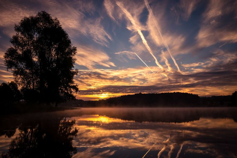 Sunset Water Lake Beauty In Nature Cloud - Sky Sky Countryside Sun Nature Eyemgallery EyeEm Best Shots - Nature EyeEm Best Shots Eyeem Market Natur See Sonnenaufgang Lake View Waterfront Cloud Scenics Tree Beauty In Nature Shine Reflection Tree
